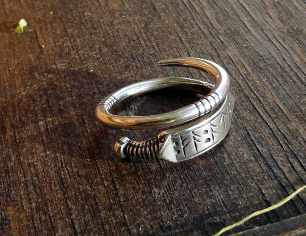 кольцо с рунической надписью