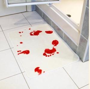 Аксессуары для ванной в стиле «Психо» Хичкока - белоснежный коврик, на котором видны яркие следы окровавленных ног.